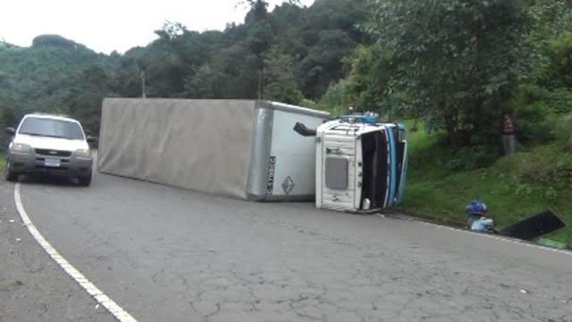 Un camión perdió el control y volcó sobre la cinta asfáltica