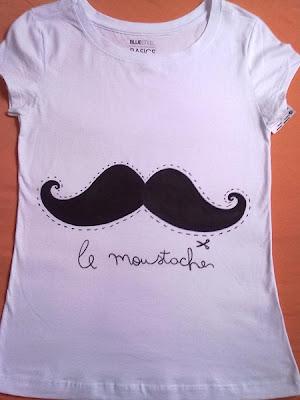camiseta customizada com bigode