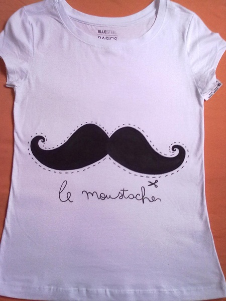 camiseta customizada com bigode