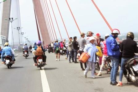 Tranh thủ dừng chân nghỉ trên cầu Cần Thơ
