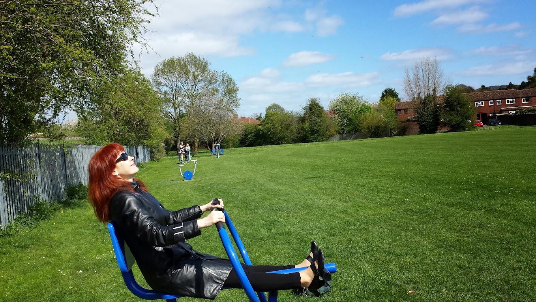 Упражнения на лужайке. Принцес Рисборо, апрель, 2014