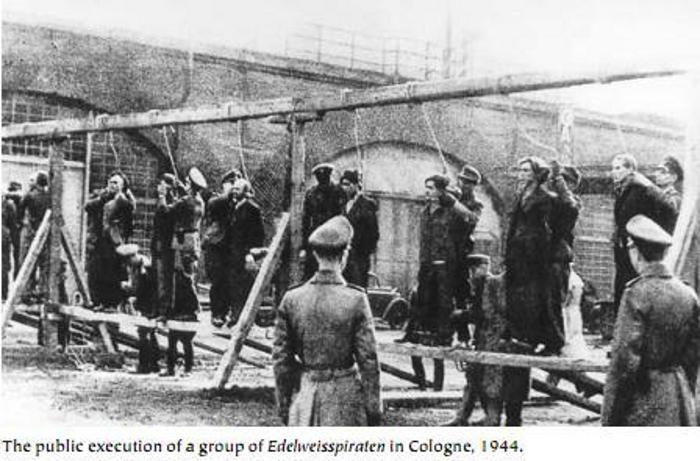 Execução pública do grupo Edelweiss Piraten