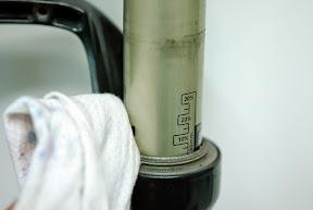 먼저 오염된 부분을 부드러운 천으로 깨끗이 닦아준다.