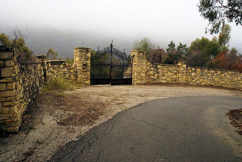 Въездные ворота всё ещё стоят на бывшем входе на базу