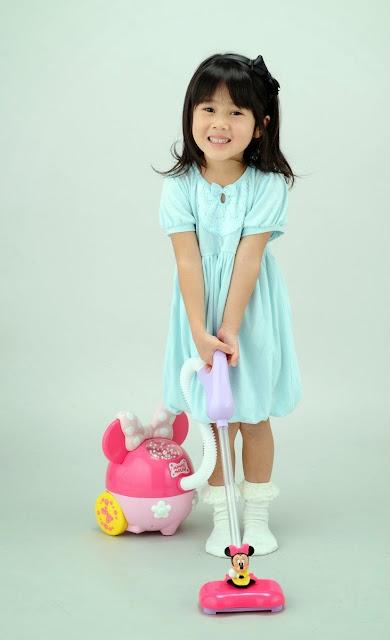 Bé giúp mẹ dọn nhà bằng máy hút bụt xinh xắn Minnie Cleaner