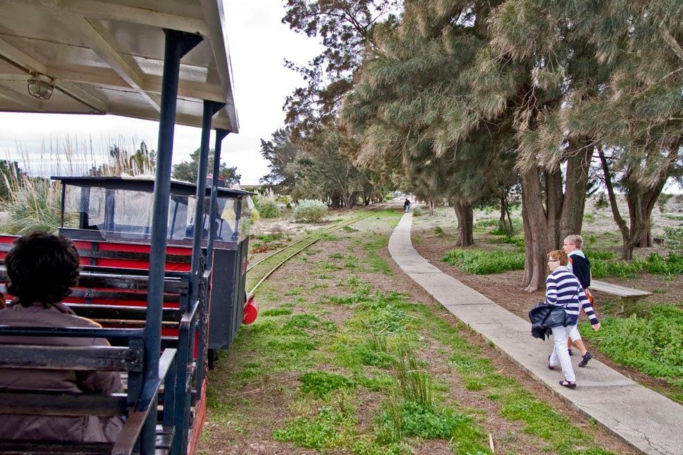 Trenecito para acceso a la Playa del Barril, Isla de Tavira, Algarve.