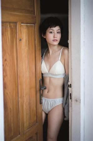 ショートヘアで白のビキニの平田薫