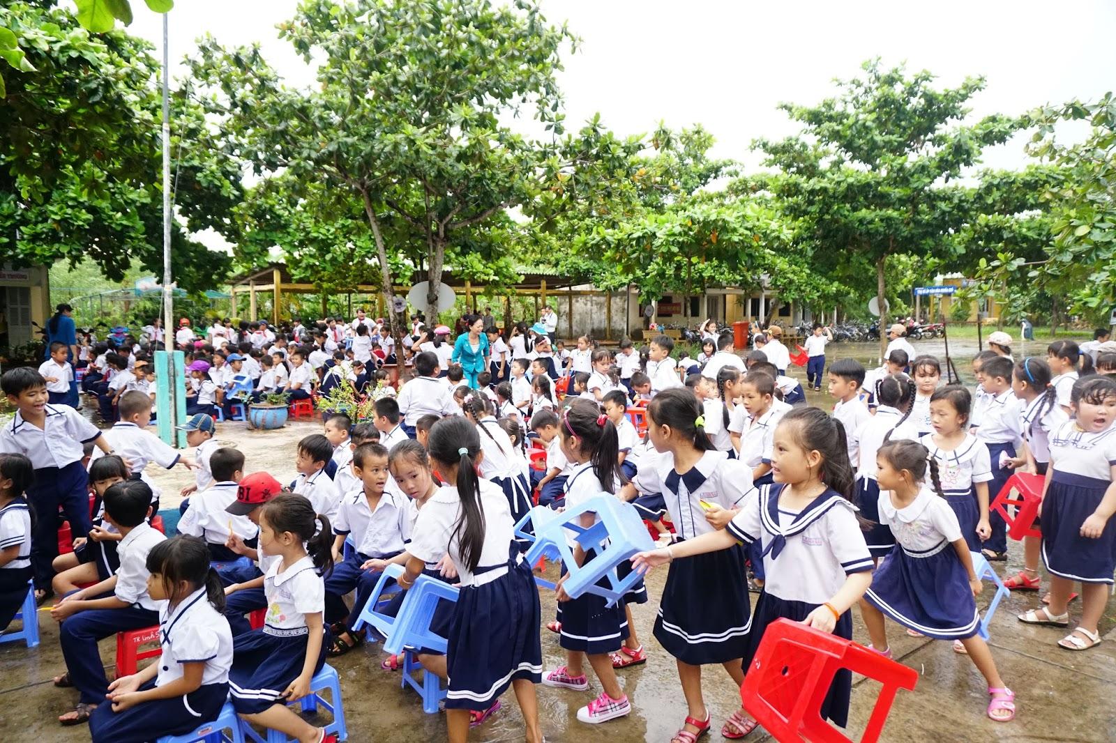 Trời hết mưa, các em nhanh chóng tập trung để tham gia chương trình Tết Trung Thu