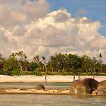 Dłuższy fragment Tanjung Tinggi widoczny z kamieni odgradzajacych plażę od zatoczki - fragmentu krótszego.
