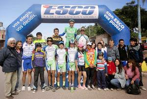 Todos los Pedalistas de distintas provincias, y la Sub. Comision de Ciclismo Damas del club Sportivo Alberdi
