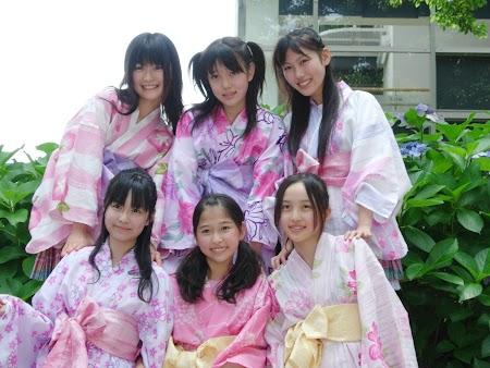 Uma das primeiras formações - (cima) Wagawa Miyu, Takai Tsukina & Takagi Reni / (baixo) Ikura Manami, Tamai Shiori & Momota Kanako