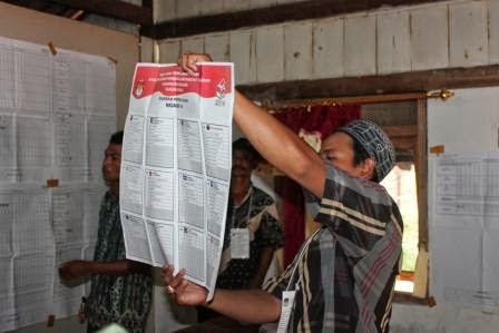 Proses penghitungan surat suara di wilayah Ngawi pada Pemilu 2014