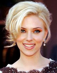 Scarlett Johansson, rosto coração, de cabelo preso acima do maxilar