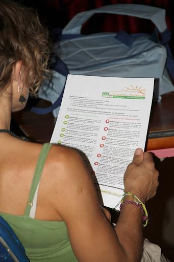 La Montse P. llegint el full editat per Caliu en motiu del DLP 2011 que contraposa els <i>Avantatges del programari lliure</i> vs <i>Inconvenients del programari privatiu</i>. <b>Autora: Gemma Castillo</b>