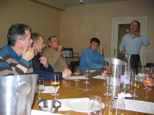 Wijnmeester Eric Van Rysselberghe laat ons verschillende soorten wijnen proeven en geeft bij elk er van een woordje uitleg.