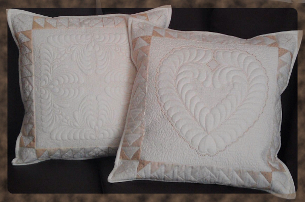 Cushions with trapunto quilted designs. Originally I designed the embroideries as large as this, to be embroidered in the Creative Grand Dream Hoop from Pfaff or the Designer Majestic Hoop from Husqvarna Viking. The embroidery designs are included in 5D QuiltDesign Creator in a smaller version.