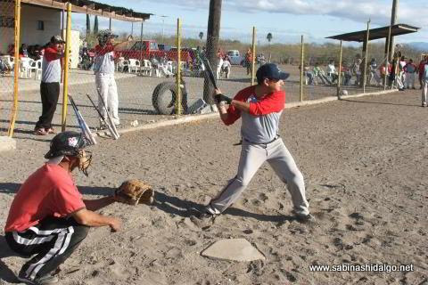 Omar Sánchez bateando por Vallecillo en el softbol del Club Sertoma