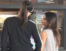 ضبط كيم كارداشيان تمسك بمؤخرة شقيقتها كلوي