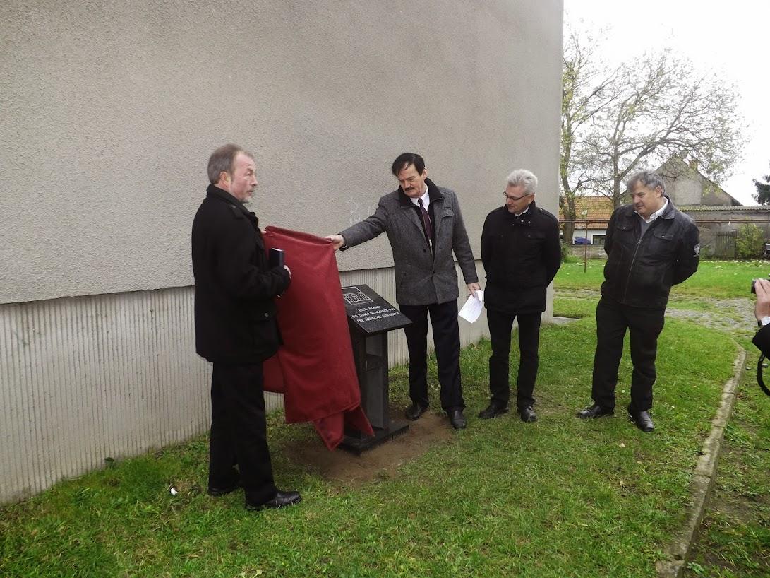 Enthüllung der Gedenktafel durch Burkhardt Fleischmann und Michael Knöfel (Zum Öffnen der Bildergalerie auf das Bild klicken (alle Bilder A.M. für © gemeinde-tantow.de)