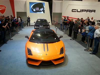 zdjęcie przedstawia Lamborghini gallardo w kolorze żółtym wystawiane na Motor Show 2014