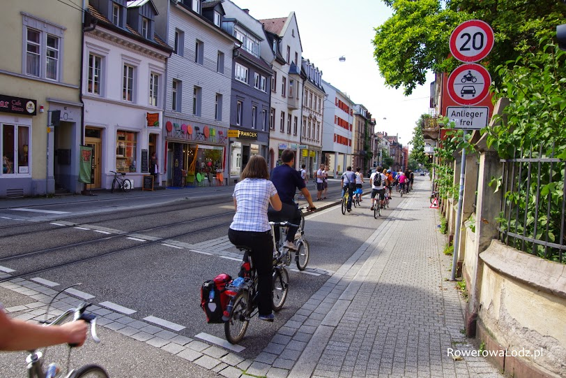 Dla komfortu życia mieszkańców tej ulicy (zmniejszenie hałasu i emisji spalin) ograniczono wjazd jedynie do rowerów i wjazdów samych mieszkańców. Rzecz jasna tramwaj mile widziany.