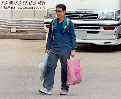 大俠攞鑊 <br><br>63歲劉松仁演慣大俠,現實做小男人,買鑊煮飯一腳踢,對老婆服侍周到。