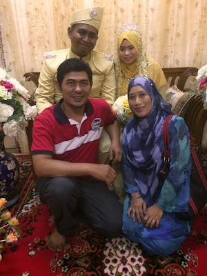 Saya dan isteri bergambar bersama pengantin