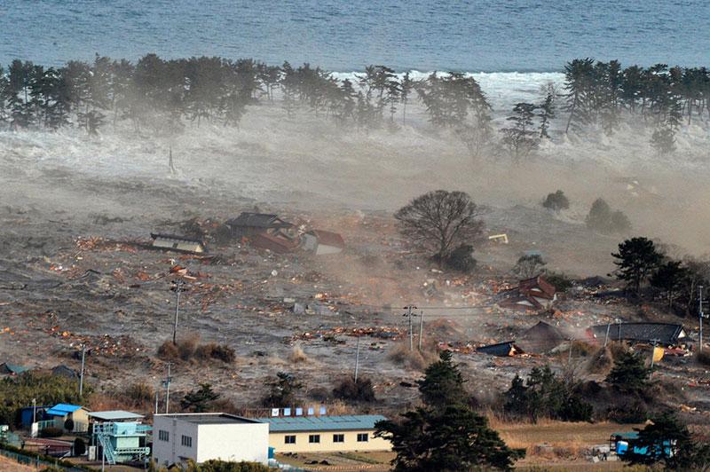 https://lh5.googleusercontent.com/-CUcyzm1o7xQ/TXpES6LLFAI/AAAAAAAABgk/5ne9W0E25v0/s1600/japan-tsunami-earthquake-photo-stills-004.jpg