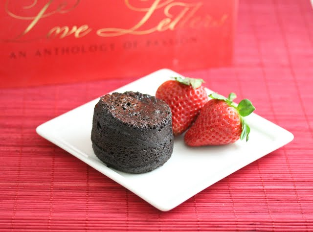 Flourless chocolate cake with fresh strawberries
