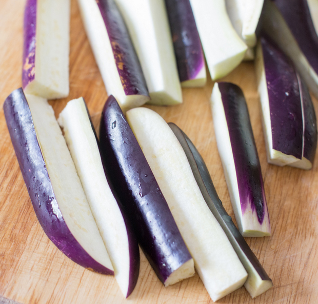 process photo showing how the eggplant should be sliced