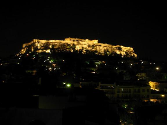 Vista nocturna de la Acrópols desde la terraza del Hotel Plaka