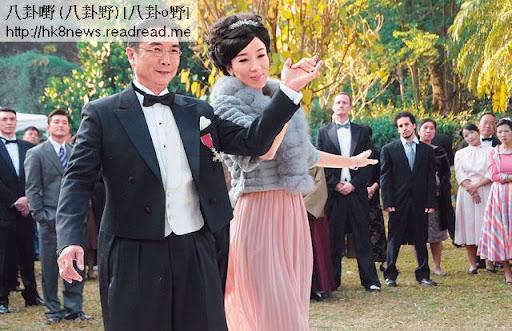 為激二奶陳玉蓮,同賭王一樣有四個老婆的劉松仁故意請四奶楊怡領舞。