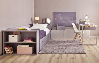 en una habitacion juvenil con infantilcon puente abierto encima de la cama nido con a cada lado de la cama y zona de estudio con