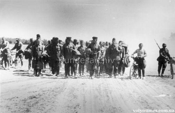 Перші радянські військовополонені. Колона з 1600 солдат і офіцерів захоплених між Луцьком і Володимир-Волинським