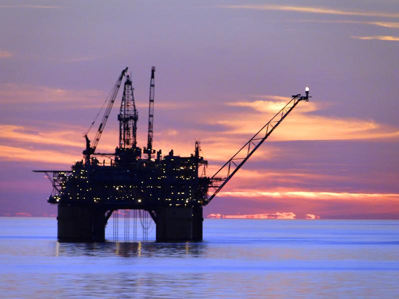Sunset_GOM_Oil_Rig_sm.jpg