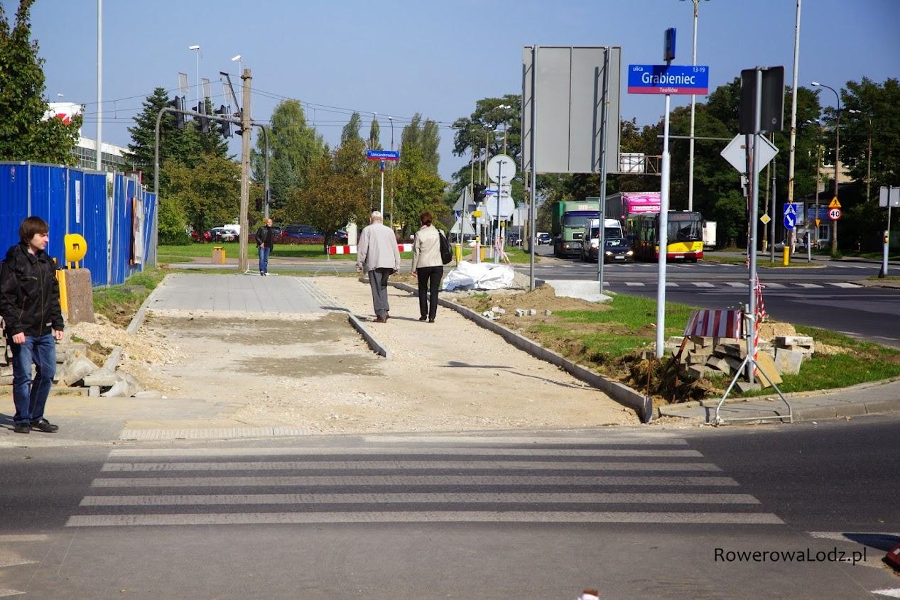 Bardzo szeroki chodnik zastąpi węższy i droga dla rowerów.