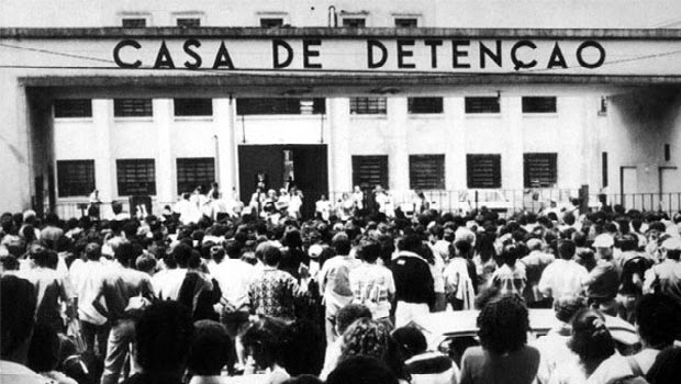 Entrada da Casa de Detenção de São Paulo, o Carandiru. Multidão à espera de notícias. Fotografia: autor desconhecido.