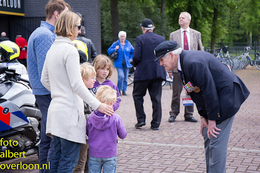80 Britse taxi's met 160 Britse veteranen bezoeken het Oorlogsmuseum in Overloon 03-05-2014 (28).jpg