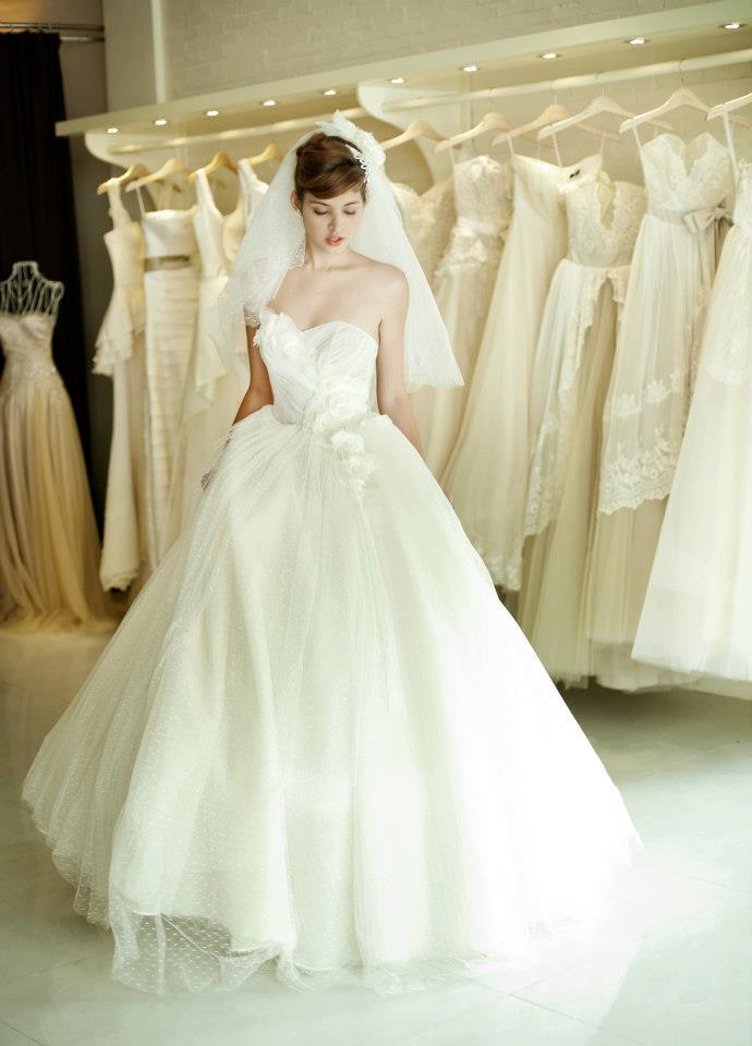 Mẫu Tây Andrea Aybar kiêu sa trong váy cưới trắng - Ảnh 2