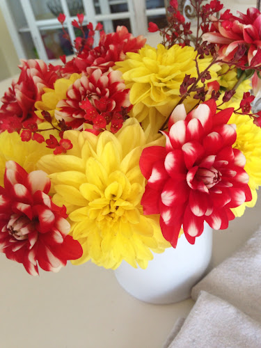Red and yellow dahlias, dahlia centerpiece, thestylesisters