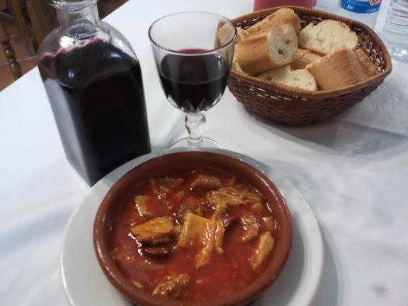Vino y plato de callos en la Venta de Ciria (Soria)