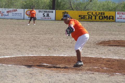 Alma Rosa Vallejo de Pekes de Bustamante en el softbol femenil del Club Sertoma