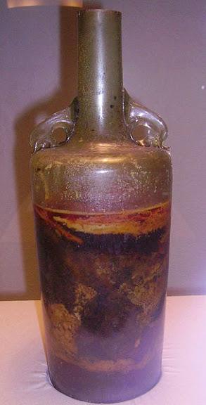 Com mais de 1600 anos de idade, a garrafa romana é uma das mais antigas de vinho do mundo a sobreviver com o líquido intacto em seu interior. Foto: Immanuel Giel, 2005.