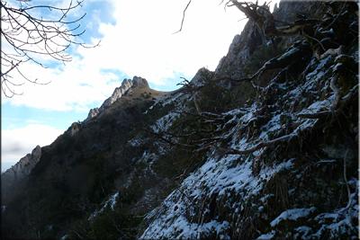 Peña del Castillo y el pequeño collado que lo separa de Larrasa