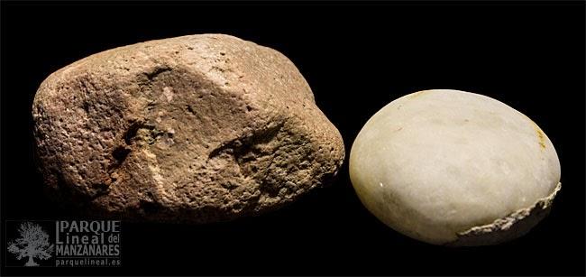 Una roca caliza (observense los poros en la superficie) y una dura cuarcita. Muy comunes en los valles bajos de Manzanares y Jarama junto al sílex.
