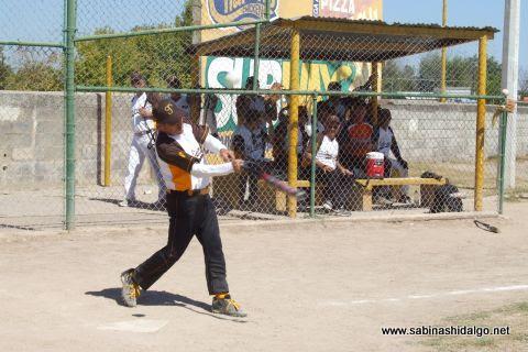 Rogelio Cárdenas bateando por Hipertensos en el softbol de veteranos