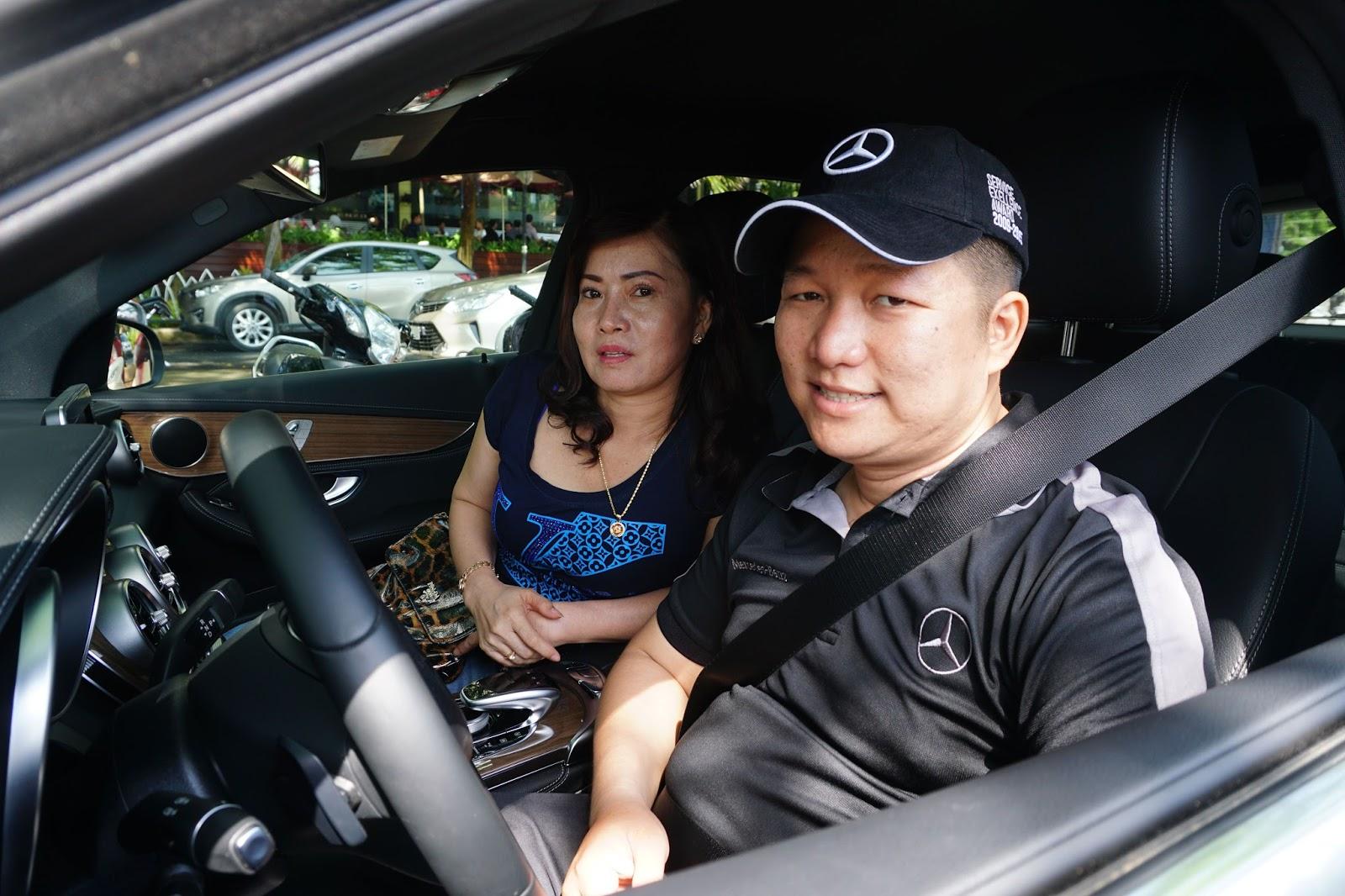 Tư vấn viên của Mercedes hỗ trợ và hướng dẫn lái cho khách hàng