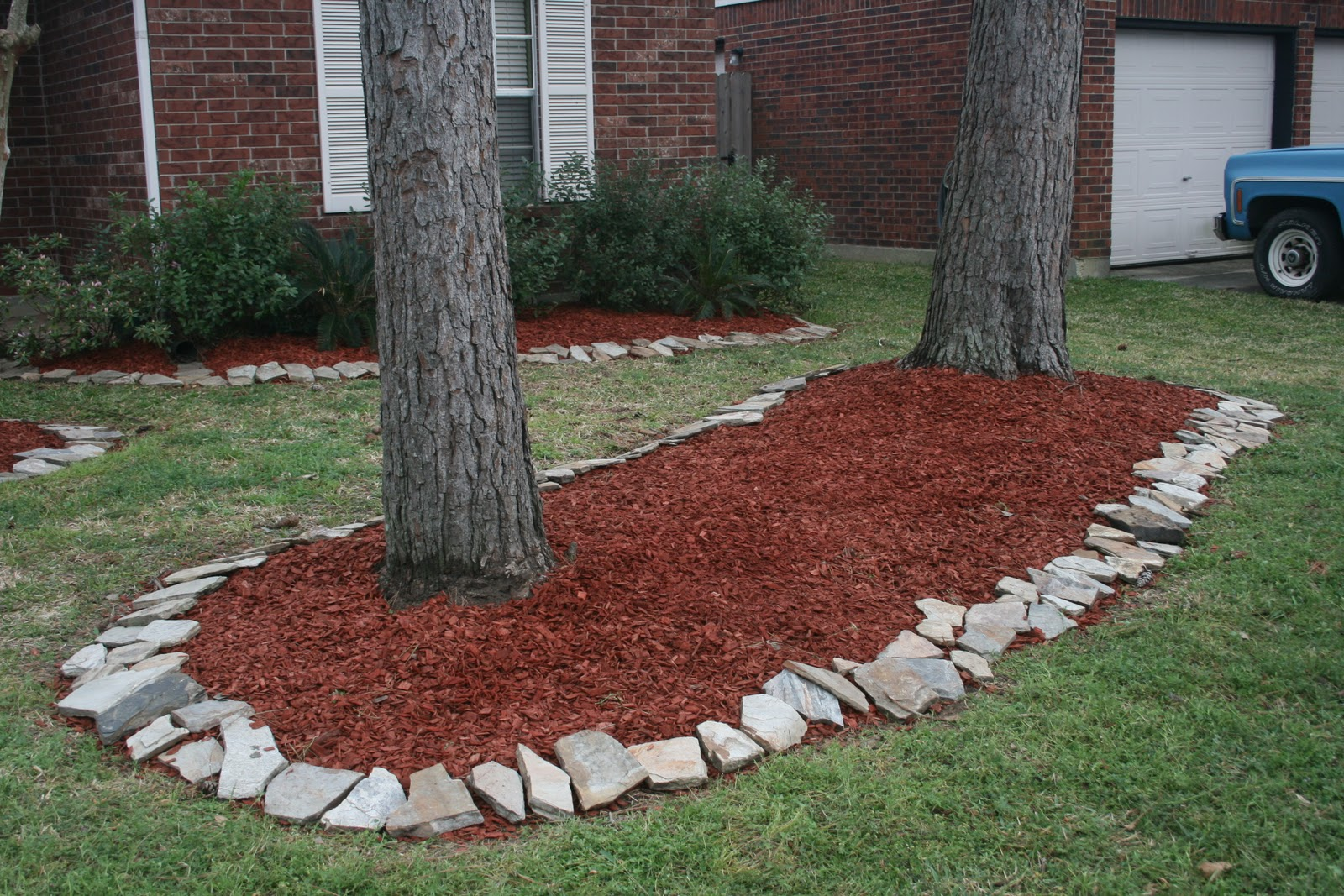 Flower beds with rock borders home decorating ideas for Rock garden bed ideas