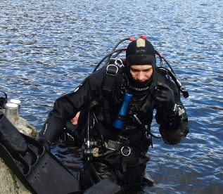 Miembro de Gemosclera saliendo del agua