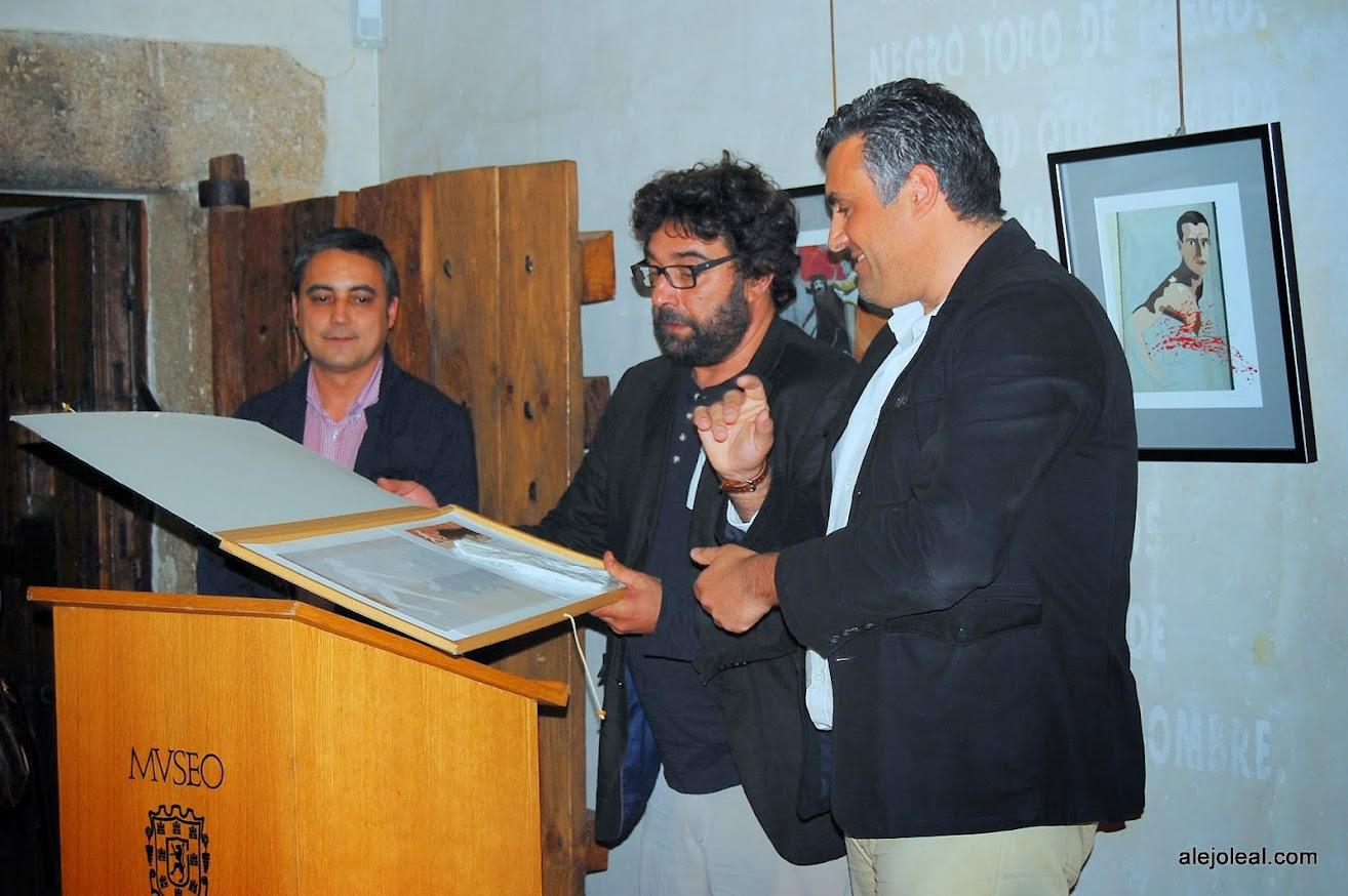 Pámpano Vaca hace entrega de una de sus obras al Alcalde de Coria D. José Manuel Ballesteros